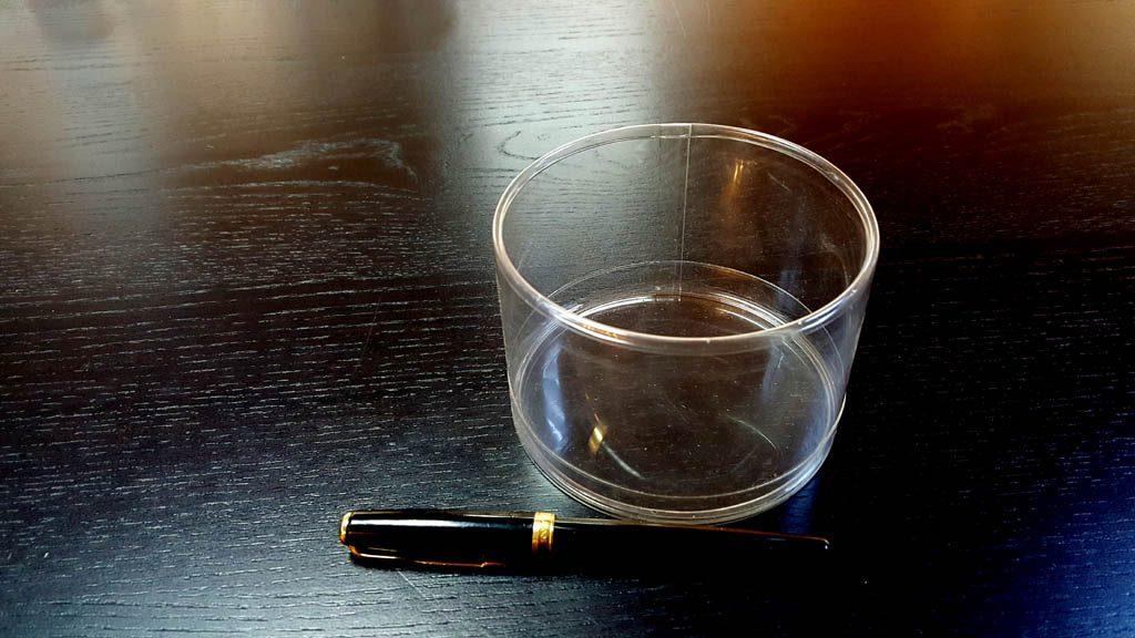 Cilindru din plastic cu o margine indoita